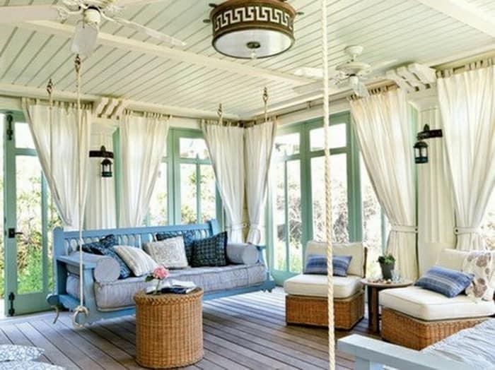 Мебель в интерьере деревянной веранды