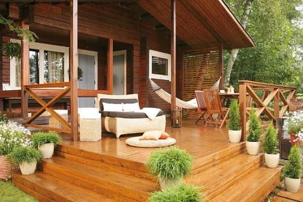 Интерьер деревянной веранды открытого типа