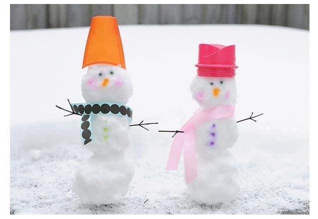 Снеговики, расписанные красками вручную