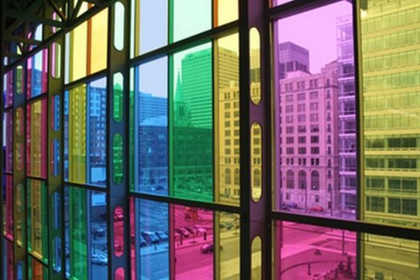 Цветные стекла на окнах