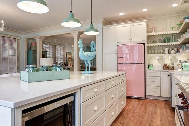 Холодильник нежно-розового цвета в интерьере кухни