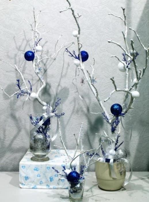 Ветки в зимнем декоре интерьера гостиной