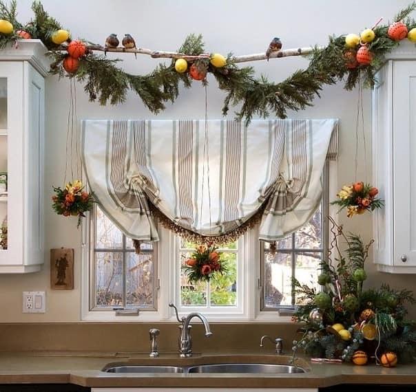 Украшение окна к Новому году природными материалами