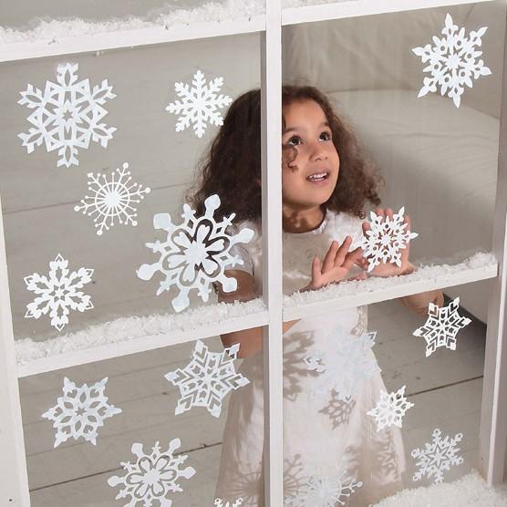 Декор окна снежинками из бумаги