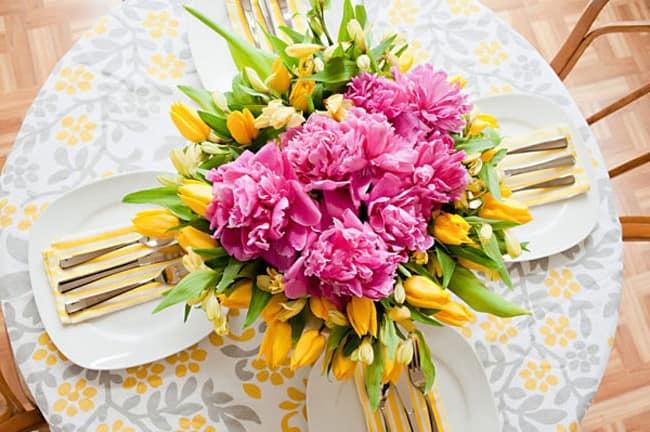 Композиция из цветов в сервировке стола у завтраку