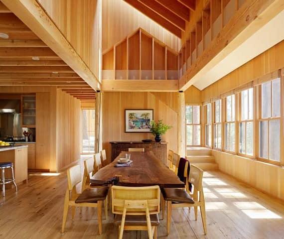 Деревянная мебель в интерьере столовой