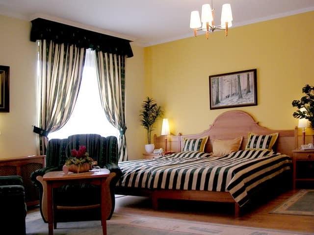 Гардины в интерьере спальни
