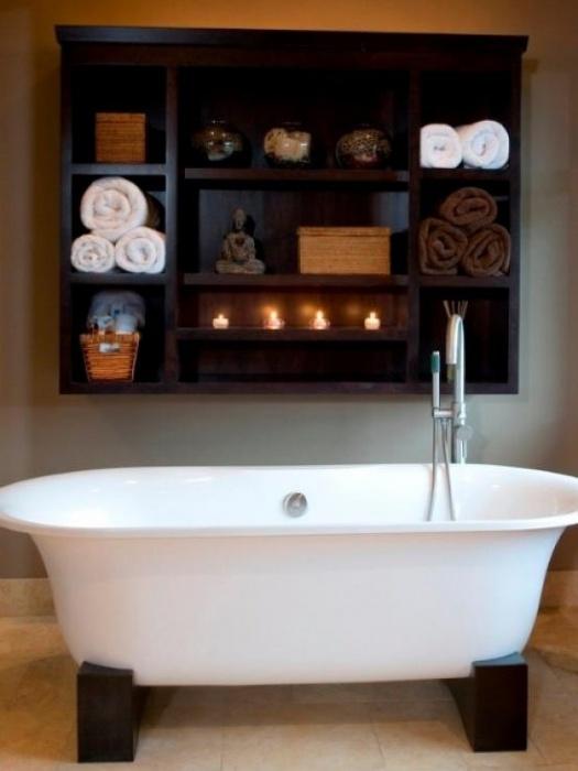 Настенные полки в интерьере ванной комнаты