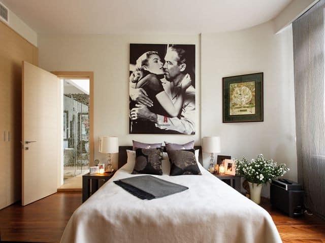Картина над кроватью в спальне