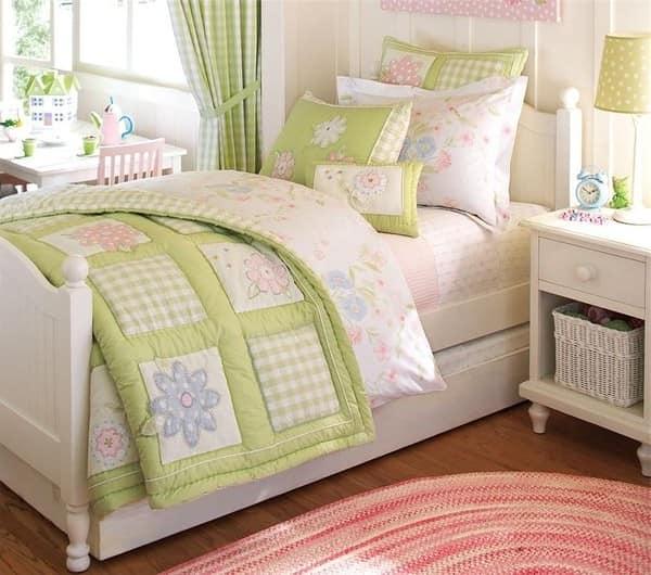 Покрывала и подушки в интерьере детской комнаты