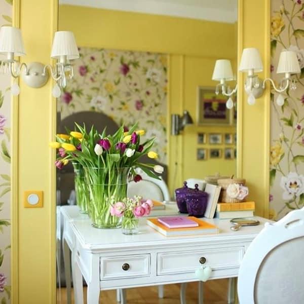 Живые цветы в весеннем интерьере гостиной