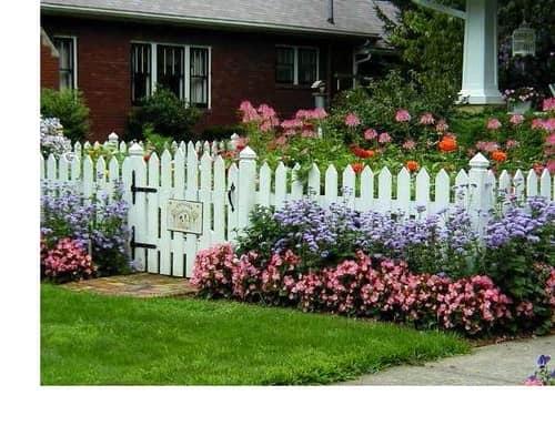 Цветник возле садовой калитки