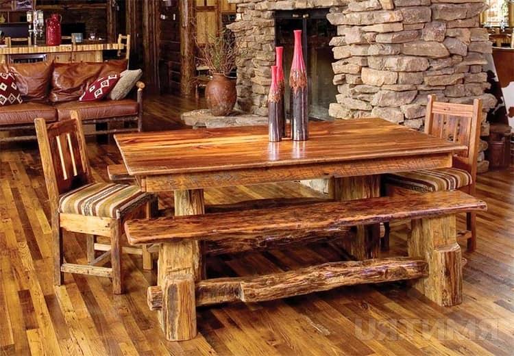 Деревянный стол и лавки из бревен в интерьере загородного дома