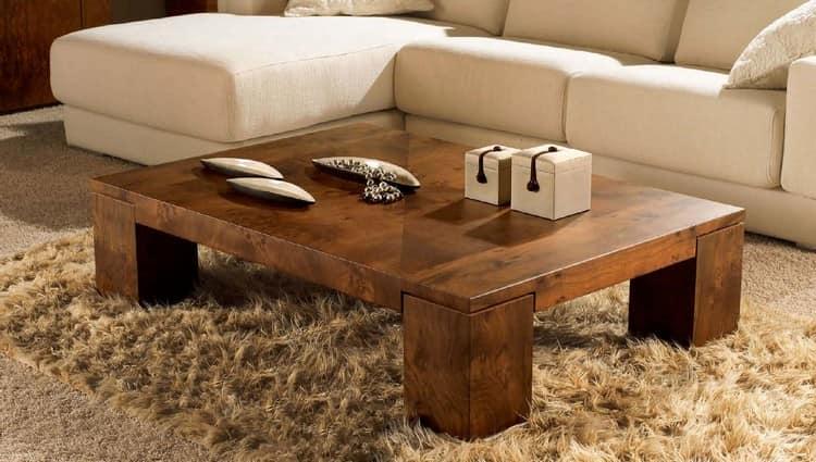Низкий деревянный журнальный столик в интерьере гостиной