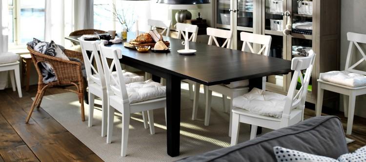 Белые деревянные стулья в сочетании с черным столом на кухне