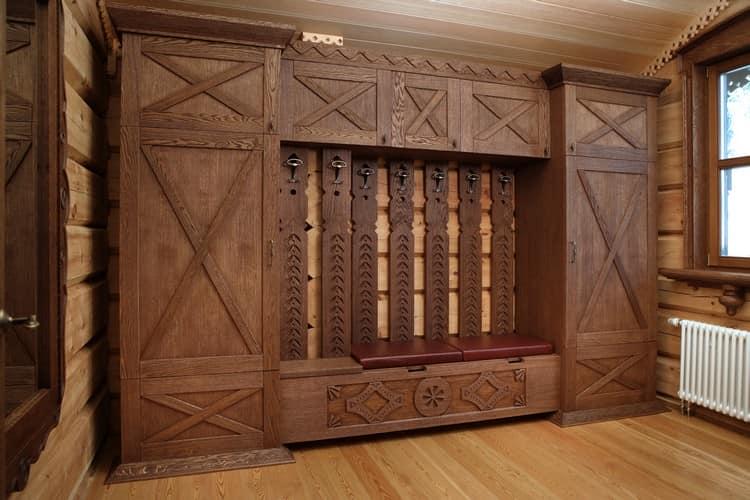 Большой шкаф из массива в гостиной в доме