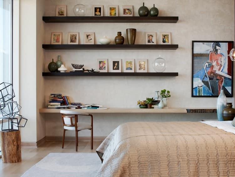 Ровные деревянные полки в спальне рядом с кроватью