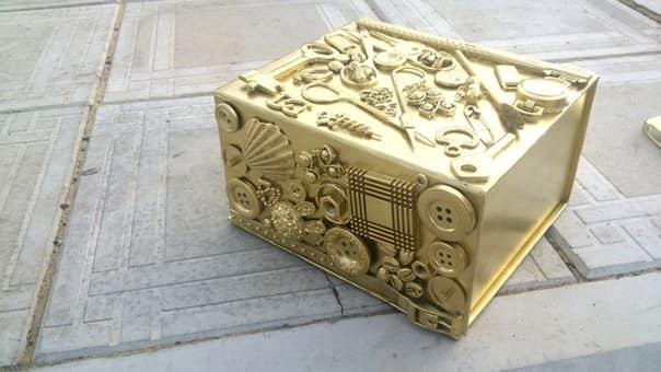 Декор картонной коробки пуговицами
