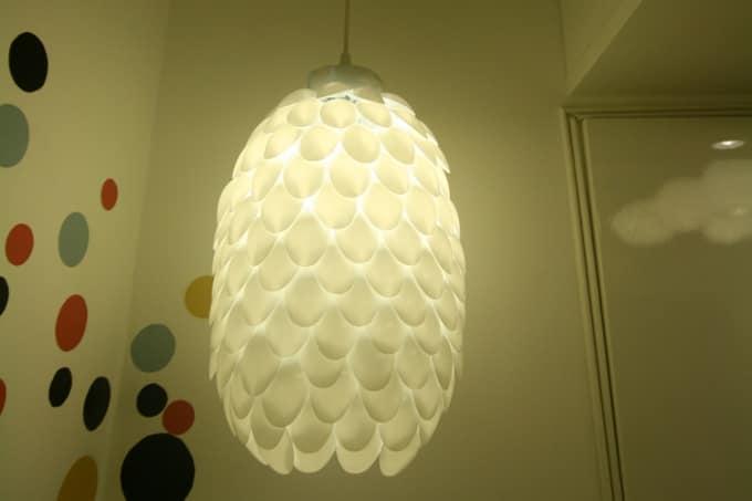Светильник из одноразовых пластиковых ложек
