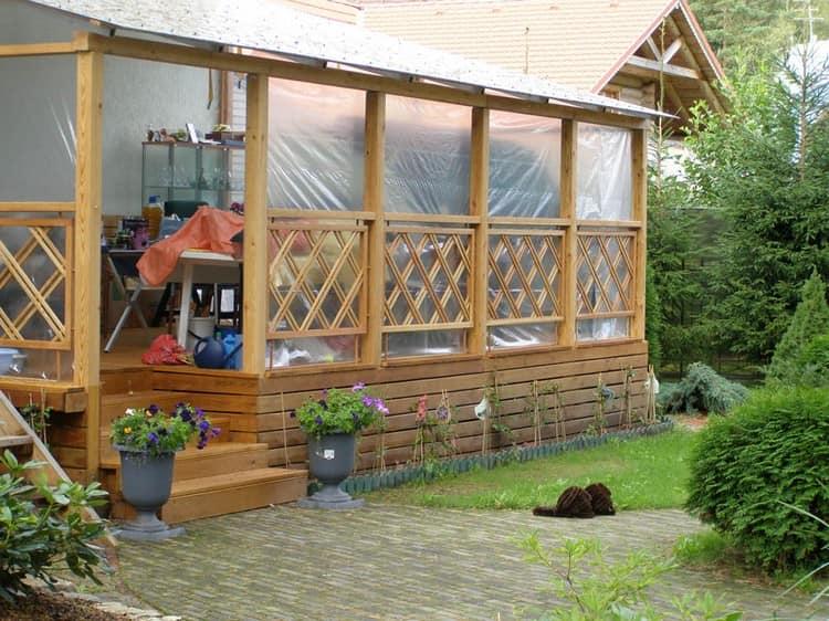 Простая деревянная веранда на даче - закрываем пленкой
