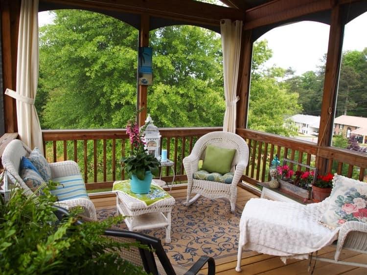 Белая мебель на веранде - для летнего отдыха