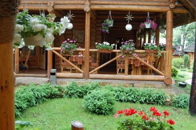 Открытая дачная веранда из бревен - деревенский декор