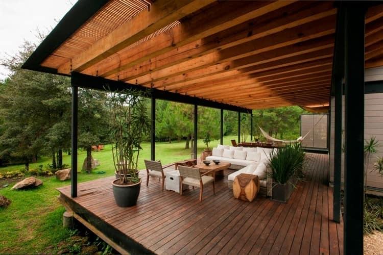 Большая веранда на даче с навесом и деревянным полом