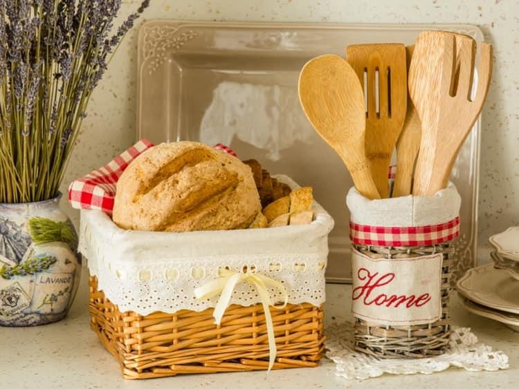 Использование плетеных корзинок на кухне