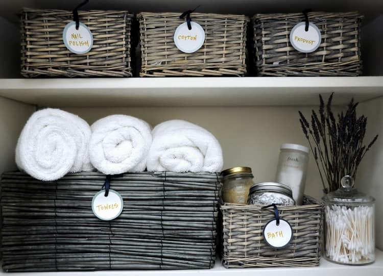 Плетеные корзинки в интерьере ванной комнаты