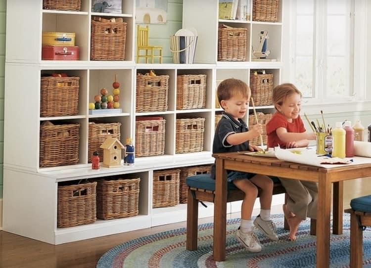 Квадратные корзины в интерьерах детских комнат