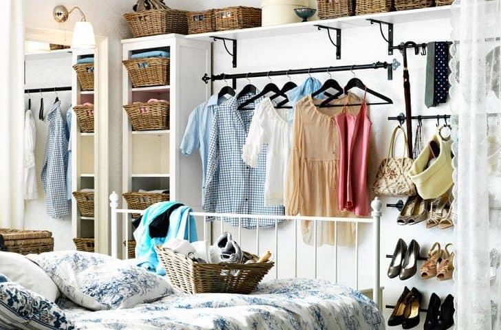 Плетеные корзинки в гардеробной - компактное хранение