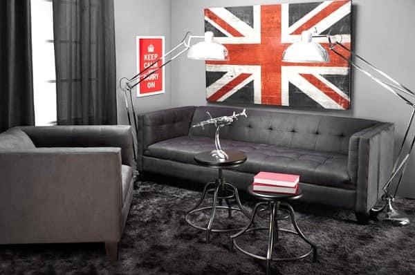Картина с британским флагом над диваном в гостиной