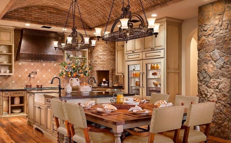 Кухня с открытой кирпичной стеной на фото