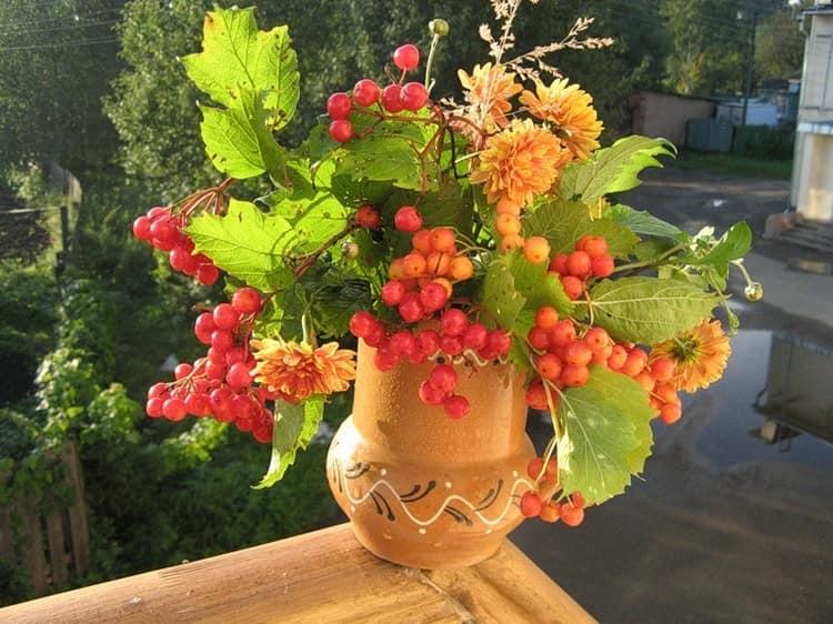 Осенний букет с рябиной и листьями