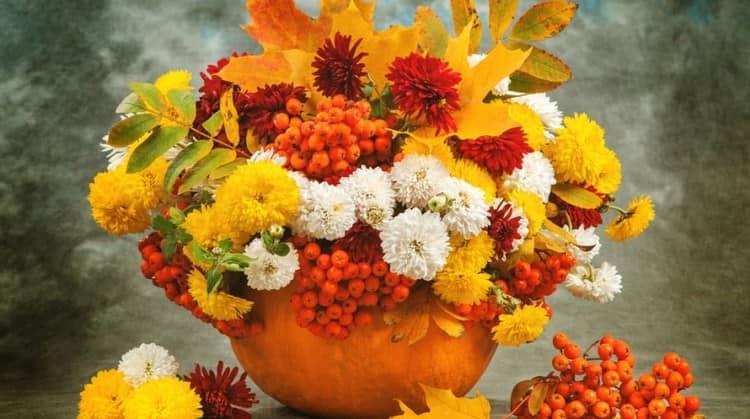 Осенняя композиция: букет в тыкве