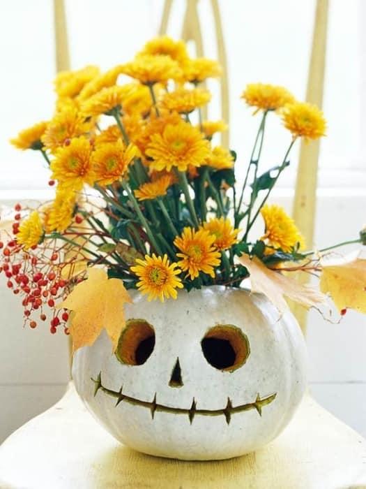 Цветы в вазе из тыквы
