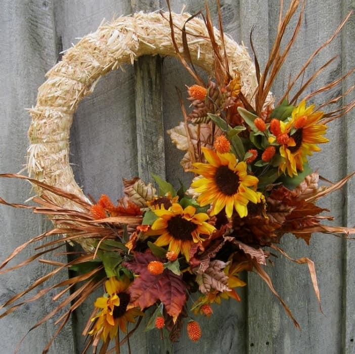 Венок из осенних цветов для украшения входной двери