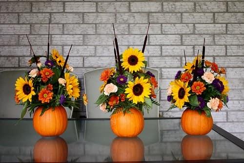 Украшаем дом вазами из тыкв с осенними цветами
