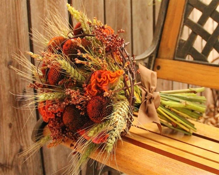 Делаем букет из осенних цветов и листьев