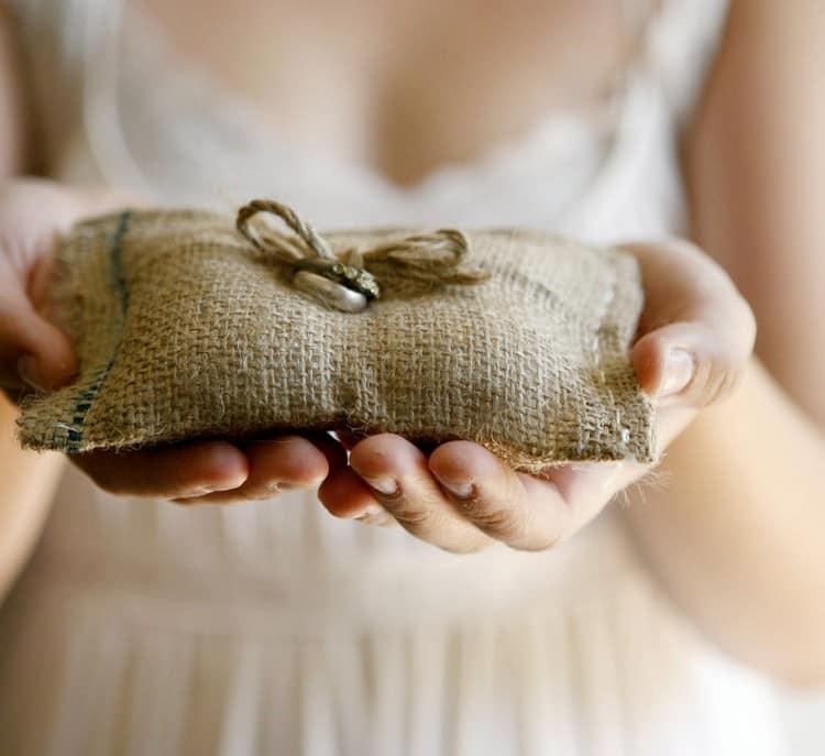 svadebnyj-dekor-iz-meshkoviny