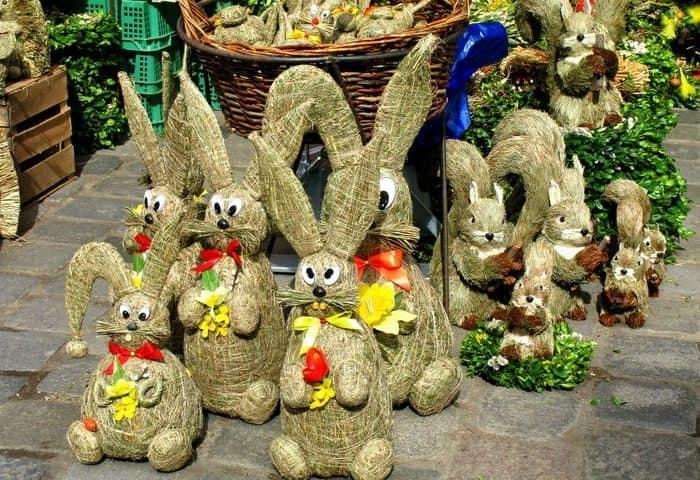 Забавные зайцы, сделанные из соломы