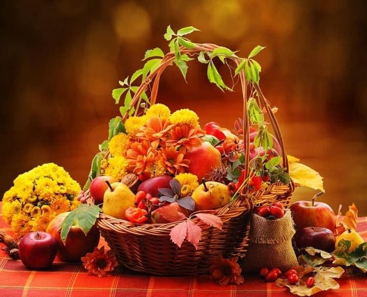 Красивая корзинка с дарами осени