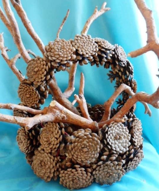 Осенняя корзина из шишек