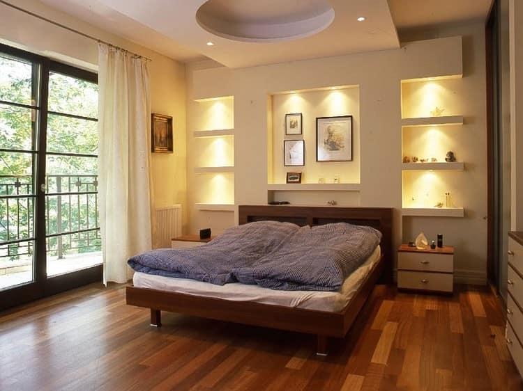 Фото интерьера спальни с нишами в стене