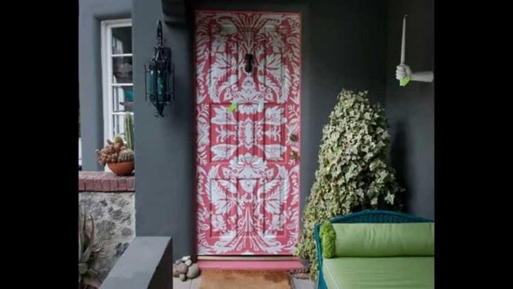 Поклейка обоев на двери