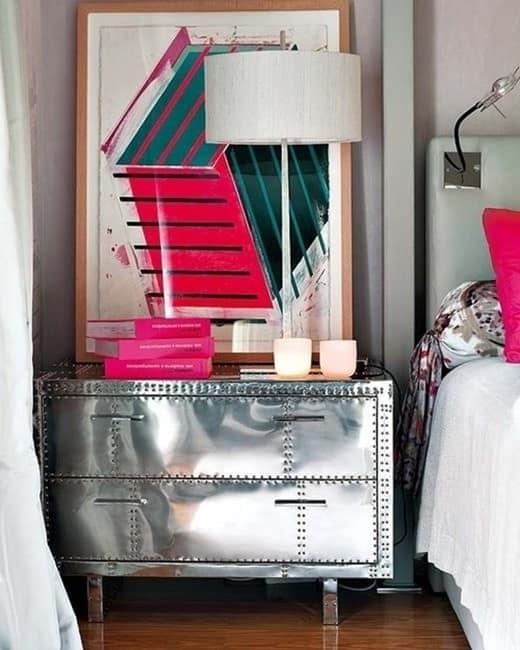 Пример сочетания холода металла и уюта в спальне
