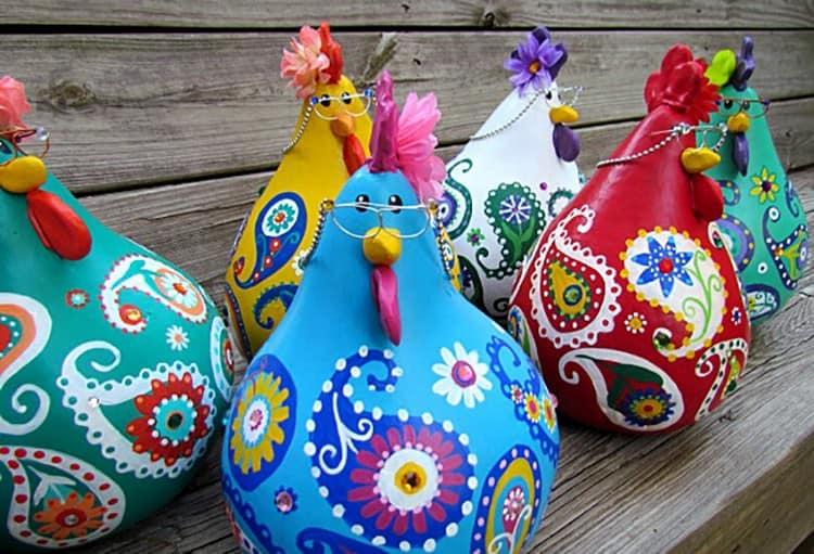 Яркие и стильные курицы и петухи из тыквы - идея осеннего декора сада