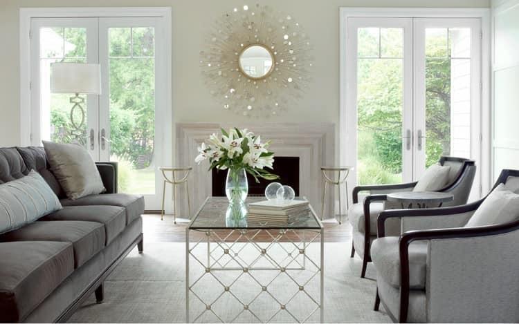 Стеклянный столик в гостиной