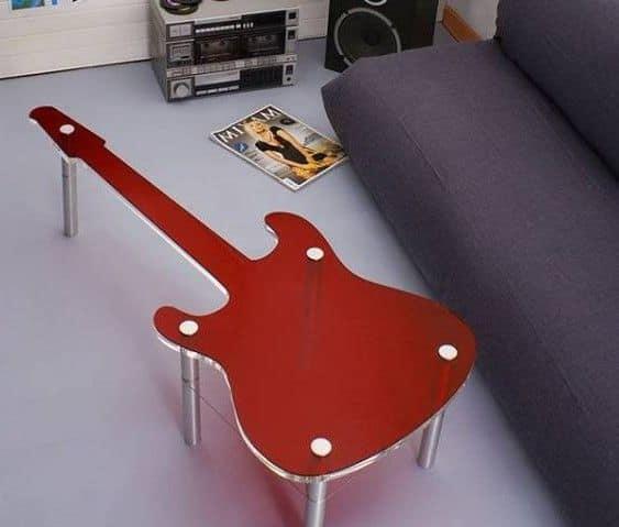Столик в форме гитары