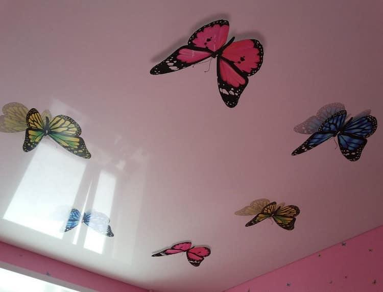 Объемная бабочка на потолке